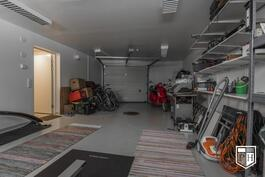 Lämpimästä, peräti 39 m2 autotallista on suora käynti kellarikerroksen tiloihin. Oven avaus kauko-ohjaimella.
