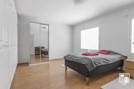 Molemmat 1. kerroksen makuuhuoneet ovat tosi tilavia ja runsailla kaapistoilla varustettuja..