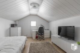 Ullakon (2. krs) huoneet ovat saman kokoisia.