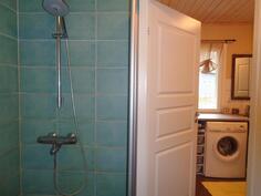 Kylpyhuoneesta pääsee kodinhoitohuoneeseen