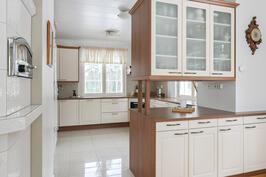 Puustellin tilavassa keittiössä on kaappitilaa ja pöytätilaa vaativammallekin kokille.