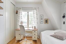 Yläkerran makuuhuone. Kaikissa yläkerran makuuhuoneissa on liukuovelliset kaapit.