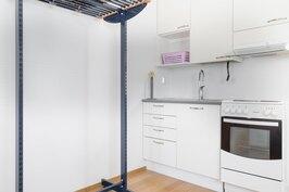 Sivurakennuksen yksiön keittiönurkkaus.