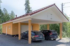 Tilava autotalli ja autokatos kahdelle autolle.