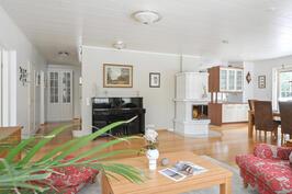 Olohuone, ruokatila ja keittiö muodostavat yhtenäisen tilan.