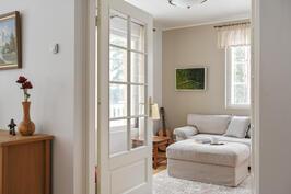 Kirjastohuone olohuoneen yhteydessä, jota voi käyttää myös makuuhuoneena.