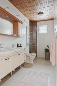 Kaikissa kerroksissa on WC ja suihku.
