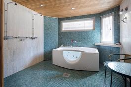 Kylpyhuoneessa spa tunnelmaa