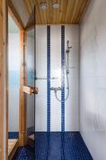Makuuhuoneen yhteydessä suihku/höyrysauna