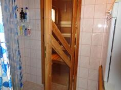 Kylpyhuone ja ovi saunaan