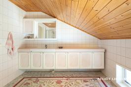 2 krs:n tilava kylpyhuone kaapistoilla