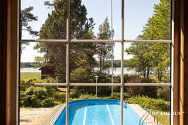 Näkymä patiolta uima-altaalle ja merelle