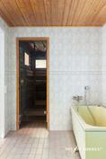 1 krs:n kaakeloitu kylpyhuone ammeella ja tuplasuihkuilla