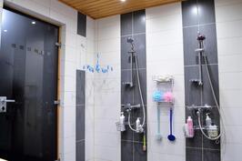 Pesuhuoneen kaksi suihkua