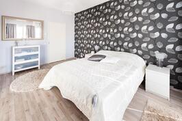 master bedroom, josta on käynti pukeutumishuoneeseen