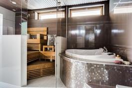 Loistava varustelutaso kylpyhuoneessa, mm. tv ja k