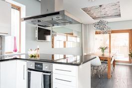 Moderni keittiö yhdistyy ruokailutilaan