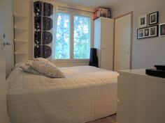 Makuuhuone, jossa oma vaatehuone