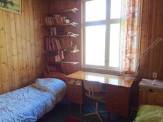 Alakerran laajennusosan makuuhuone
