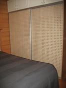 Makuuhuoneessa liukuovelliset kaapistot