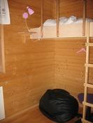 Pikkuhuoneessa parvisänky.