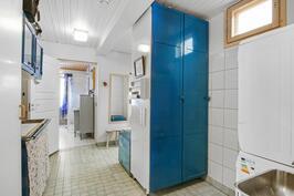 Iso pukuhuone, joka toimii myös kodinhoitohuoneena. Paljon tilaa ja siirreltäviä kaappeja