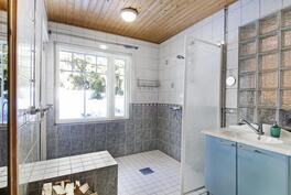 Kylpyhuone, josta pääsy ulos