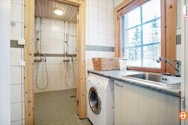 Kodinhoitohuone ja käynti suihkutilaan