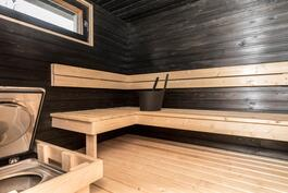 Tilava sauna, jossa ainavalmis kiuas.