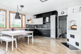 Laadukas Puustellin keittiö, laadukkailla kodinkoneilla.