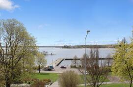 Länsiparvekkeelta esteetön näkymä Rantapuistoon ja merelle