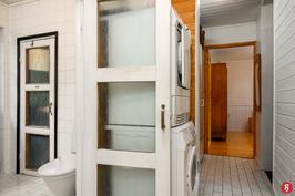 Kodinhoitotila ja näkymä kylpyhuoneeseen.