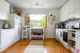 Keittiössä hyvin kaappitilaa ja tilaa työskentelyyn.
