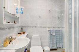 Kylpyhuone ja wc lattialämmityksellä