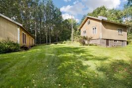 Kiinteistöllä myös erillinen saunarakennus sekä varastorakennus
