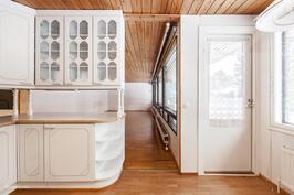 Tilava keittiö avautuu kauniisti olohuoneeseen