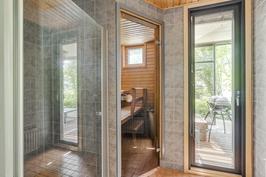 Pesuhuoneesta käynti terassille