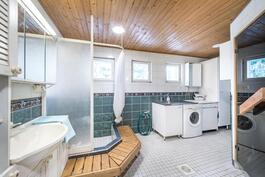 Pesuhuoneen yhteydessä kodinhoitotila.