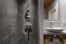 Masterin yhteydessä oleva kylpyhuone