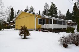 Talo kuvattuna Haapaniementieltä.