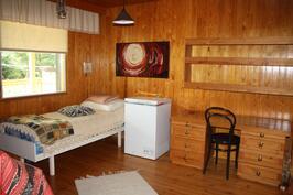 Makuuhuone josta käynti terassille ja pesutiloihin