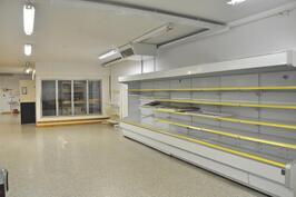 Myymälätilasta näkymä kylmäkaapistoon