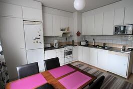 Keittiökaapistot kahdella seinällä
