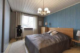 master bedroom, jonka yhteydessä erillinen wc/kph