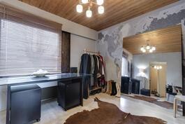 alakerran makuuhuone/kirjasto/työhuone