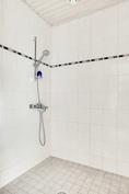 Kylpyhuone uusittu pintojen osalta
