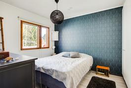Tilava ja valoisa makuuhuone