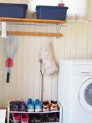 kodinhoito tila / pukuhuone, josta käynti takapihalle/terassille