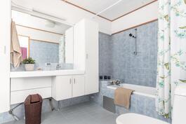 Vanhempien makuuhuoneen yhteydessä oma kylpyhuone ammeineen