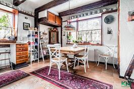 Myös keittiössä tilaa ruokapöydälle